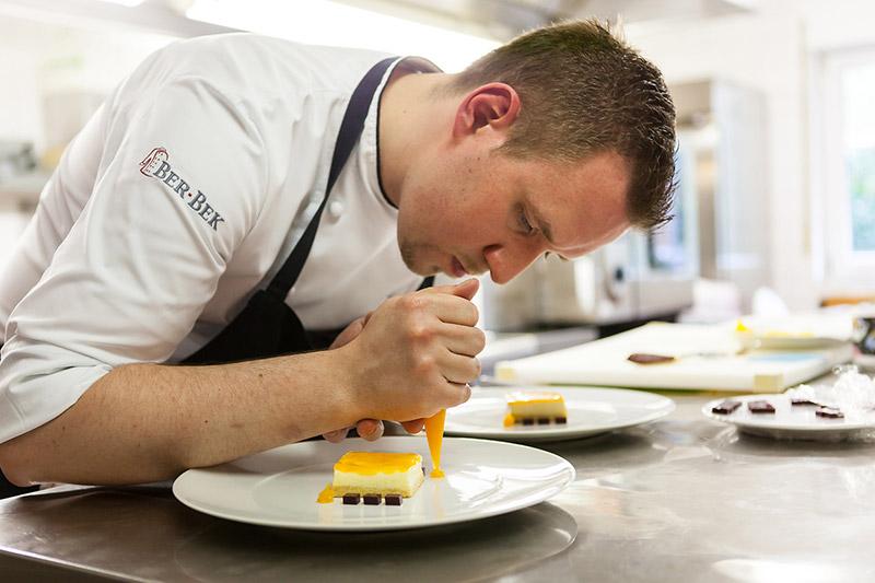 Sven Molitor bereitet Dessert vor