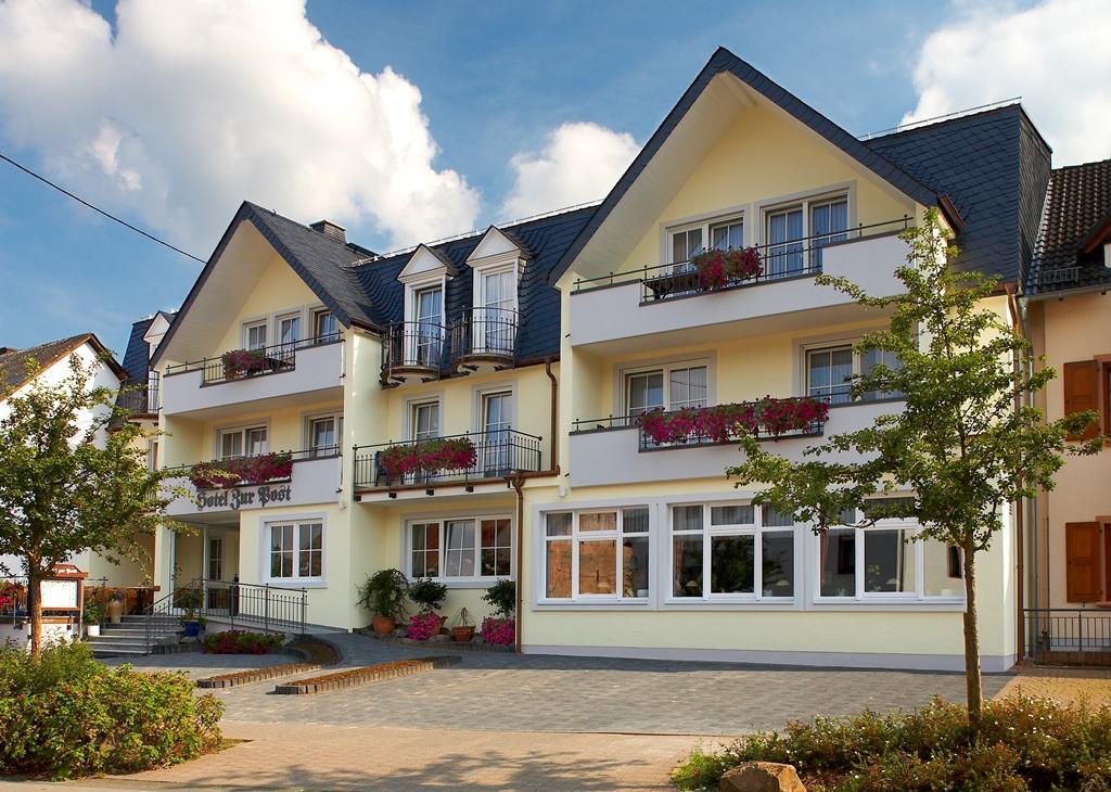 """Hotel """"Die Post"""" Gebäudefront"""